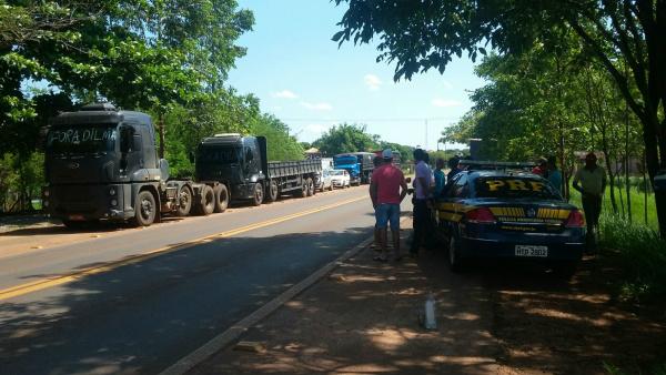 Manifestação pacífica na BR 267,  perímetro urbano de Jardim. - Crédito: Foto: PRF