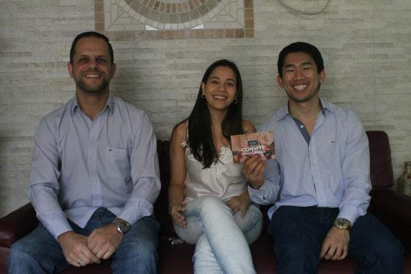 Sommelier Eliton com Thayani e Douglas, donos da franquia. - Crédito: Foto: Homero Torres