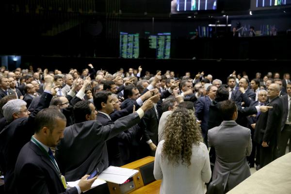 Plenário aprovou regras para regularização de recursos mantidos no exterior que não tenham sido declarados à Receita Federal. - Crédito: Foto: Tyago Marcel/Câmara dos Deputados