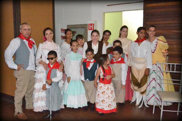 Estudantes, pais e professores da Escola Antônia Capilé. - Crédito: Foto: Divulgação