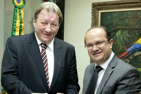 Presidente do TJ, João Maria Lós, recebeu documento entregue por José Carlos Barbosinha. - Crédito: Foto: Divulgação