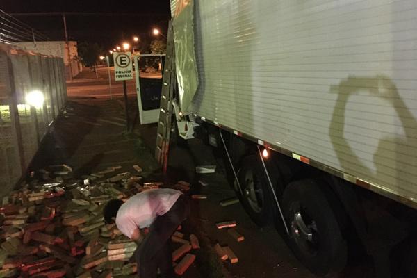Corpo de Bombeiros Militar prestou apoio à PRF para retirar o entorpecente do caminhão; a droga estava acondicionada no teto. - Crédito: Foto: Divulgação/PRF