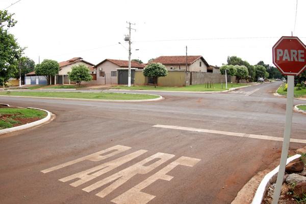 Prefeitura sinaliza asfalto recém construído para garantir segurança e agilidade no trânsito. - Crédito: Foto: Chico Leite