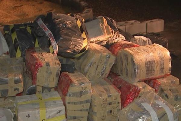 Droga estava acondicionada em pacotes entre a carga de milho. - Crédito: Foto: Divulgação