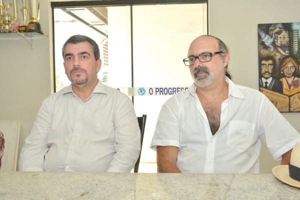 Professores Clivaldo de Oliveira e Claudio Benito O. Ferraz vão ministrar curso de degustação de whisky em Dourados. - Crédito: Foto: Marcos Ribeiro