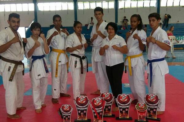 Parte da equipe que esteve na quarta etapa do Estadual Kyokushinkaikan em Campo Grande. - Crédito: Foto: Elaine Pedroso