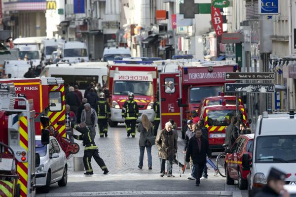 Operação é realizada em rua de Saint-Denis, perto de Paris. Duas pesoas foram mortas e sete detidas durante operação em um prédio de apartamentos. - Crédito: Foto: PETER DEJONG/ASSOCIATED PRESS/ESTADÃO CONTEÚDO