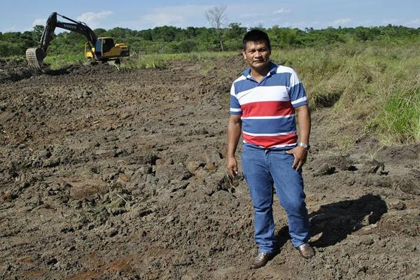 Aguilera no local da extração do cascalho para reparos  das estradas. - Crédito: Foto: Divulgação