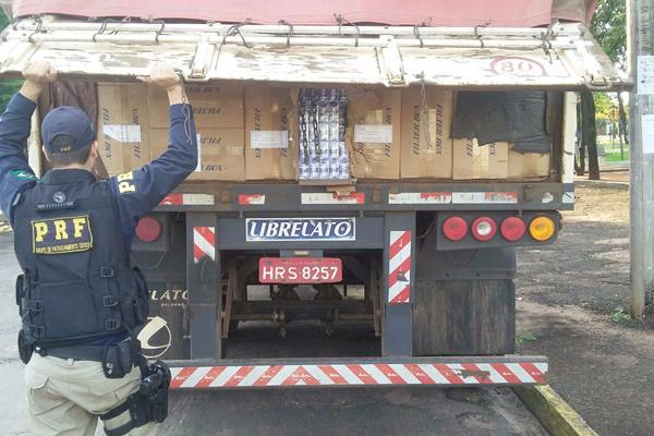 Uma das carretas apreendidas que levavam 70 mil pacotes de cigarros contrabandeados do Paraguai. - Crédito: Foto: Divulgação/PRF