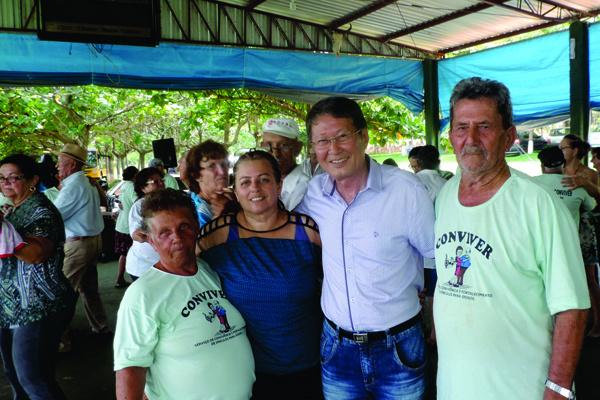 Prefeito Hélio Sato e 1ª dama Marisa saudando os idosos do Projeto Conviver. - Crédito: Foto: Divulgação