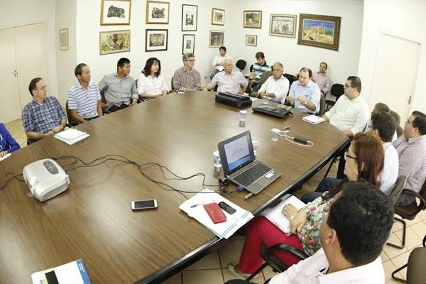 Odilon, secretários e vereadores discutindo investimentos com Marcelo Migliori e Luiz Rocha. - Crédito: Foto: Divulgação