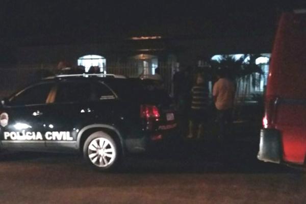 Concentração das forças policiais foi intensa na residência onde a jovem foi morta. - Crédito: Foto: IviNotícias