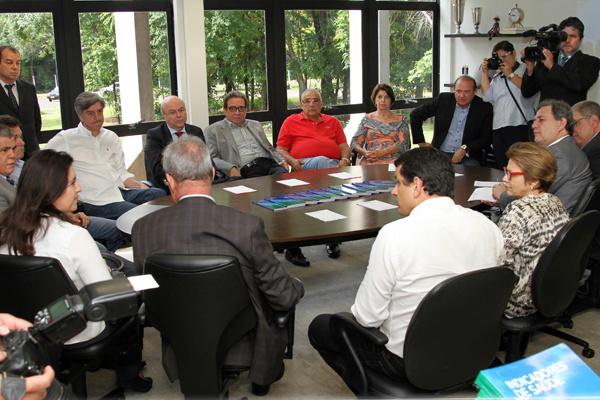 Membros da bancada federal de MS,  presentes ontem, em reunião com os conselheiros do TCE-MS a convite do presidente Waldir Neves. - Crédito: Foto: Divulgação