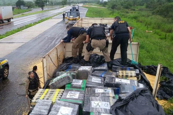 Condutor declarou que sabia que havia drogas na carga e que estava tentando passar pela unidade operacional da PRF. - Crédito: Foto: Divulgação/PRF