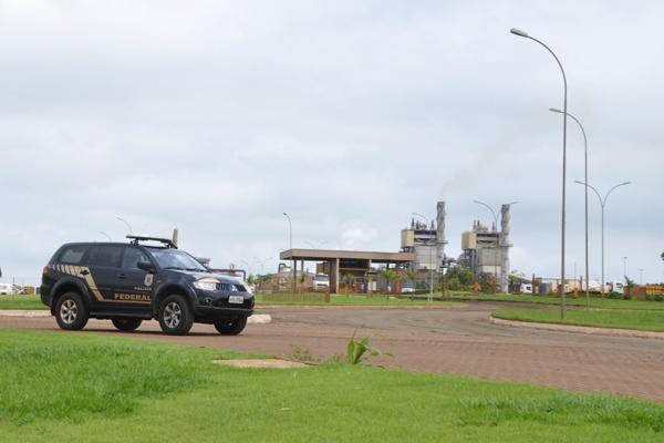 Polícia Federal cumpriu mandados de busca e apreensão durante todo dia na Usina São Fernando. - Crédito: Foto: Hedio Fazan