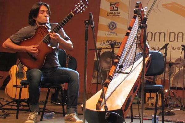 Marcelo Loureiro divulga a cultura sul- -mato-grossense por meio das cordas dos seus instrumentos. - Crédito: Foto: Divulgação