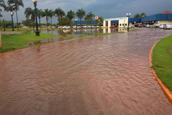 Forte chuva na manhã de ontem alagou a Rua Coronel Ponciano e adentrou a rampa da prefeitura. - Crédito: Foto: Cido Costa