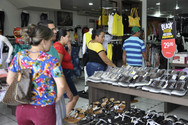 Num período de 24 horas, varias lojas de Dourados vão oferecer superdescontos. - Crédito: Foto: Hedio Fazan