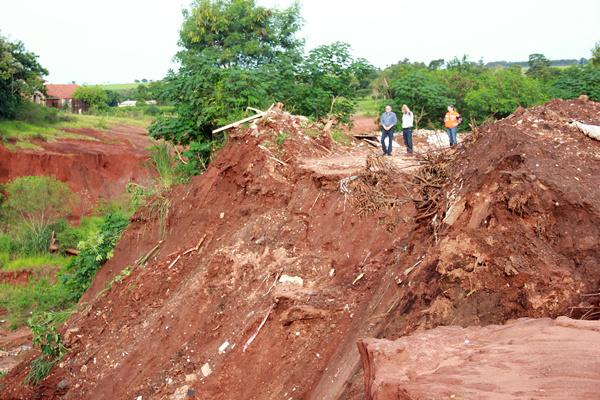 Prefeito Tuta e Defesa Civil vistoriam pontos considerados críticos depois das fortes chuvas que caíram em Ivinhema. - Crédito: Foto: Paulo César