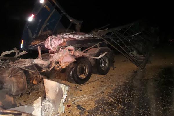 Imagem mostra a destruição de um dos veículos envolvidos na colisão. - Crédito: Foto: Divulgação
