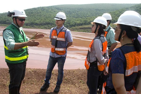 O prefeito Paulo Duarte e técnicos da prefeitura de Corumbá ouviram explicações sobre a situação das barragens no Pantanal. - Crédito: Foto: Divulgação