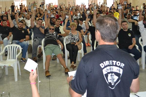 Policiais fizeram assembléia na última sexta-feira e decidiram entregar chaves das delegacias de todo o Estado. - Crédito: Foto: Sinpol