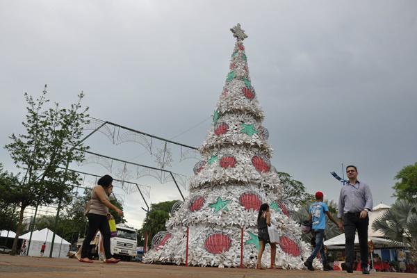 Árvores de Natal de 12 metros de altura é uma atração de 'encher os olhos' dos visitantes. - Crédito: Foto: Hedio Fazan