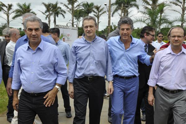 Governador Reinaldo, gerente da JBS, Murilo e Barbosinha. - Crédito: Foto: Hedio Fazan