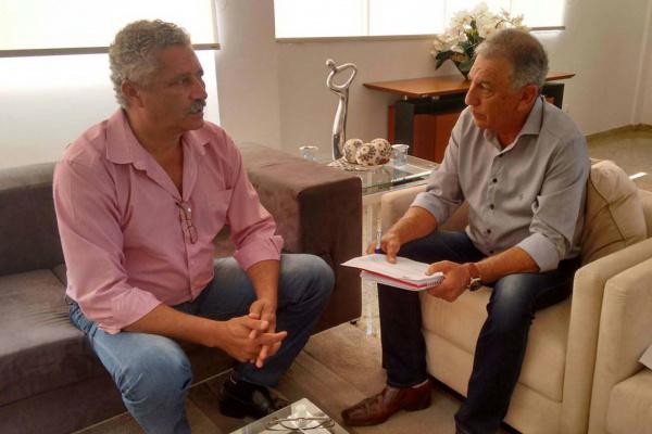 Prefeito e o diretor da Sanesul, Luiz Rocha, discutem ampliação do sistema de esgotamento sanitário em Caarapó. Valério diz que, apenas 1.567 domicílios de Caarapó são atendidos com ligações. - Crédito: Foto: Divulgação