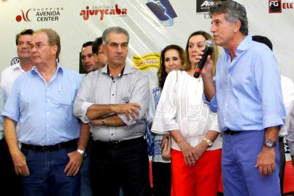 Prefeito Murilo e primeira-dama Cecília ao lado do governador Reinaldo e demais autoridades. - Crédito: Foto: Chico Leite
