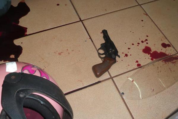 Arma utilizada pelo assaltante e o capacete que ele usava quando entrou em vias de fato com o PM. - Crédito: Foto: Cido Costa/Dourados Agora