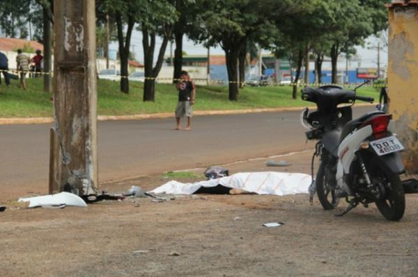 Impacto causou rachaduras no poste de iluminação pública. - Crédito: Foto: Marcos Ermínio/CG News