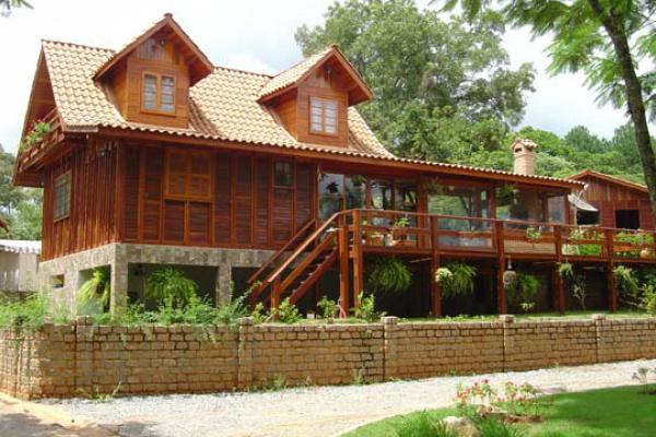 Casa de madeira pode ser projetada em qualquer tamanho e é super aconchegante. - Crédito: Foto: Divulgação
