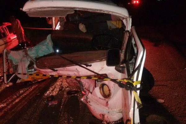Veículo de transporte de passageiros ficou destruído em colisão. - Crédito: Foto: Rio Pardo News