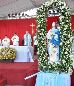 Católicos de todas as paróquias de Dourados se reuniram ontem para celebrações da Padroeira. - Crédito: Foto: Marcos Ribeiro