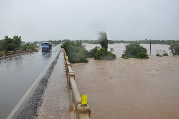 Cheia do Rio Dourados superou desta vez o recorde de 4,7 metros registrado há 20 anos. - Crédito: Foto: Hedio Fazan