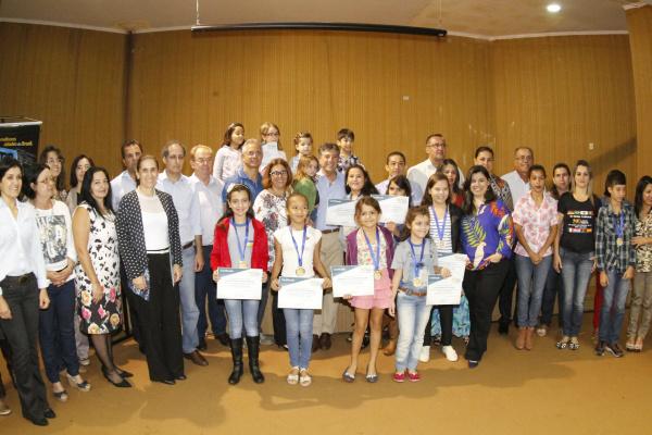 Prefeito Murilo entrega prêmios aos estudantes vencedores dos concursos de desenho e redação. - Crédito: Foto: Assecom