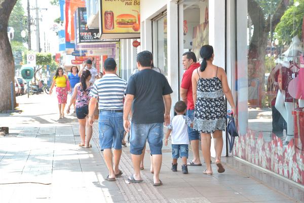 Apesar do acordo feito em Convenção Coletiva, muito poucas lojas aderiram a abertura ontem para os clientes efetuares suas compras de Natal. - Crédito: Foto: Marcos Ribeiro