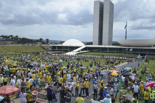 Milhares de pessoas participaram da manifestação pelo impeachment da presidente Dilma, em Brasília. - Crédito: Foto: Valter Campanato/Agência Brasil