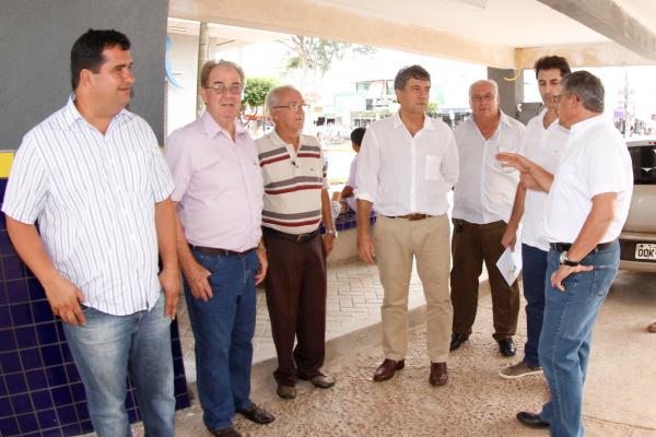Prefeito Murilo Zauith conversa com taxistas durante vistoria aos pontos da cidade. - Crédito: Foto: Chico Leite