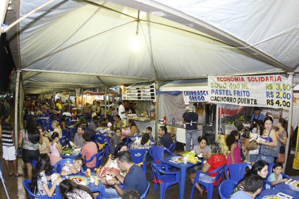 Na Praça de Alimentação do Dourados Brilha, oferece vários tipos de alimentos. - Crédito: Foto: Chico Leite
