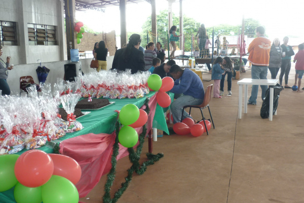 """""""Projeto Padrinho"""" realiza festa de Natal para crianças. - Crédito: Foto: Divulgação"""
