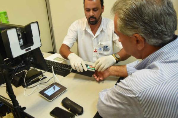 Reinaldo Azambuja realiza cadastramento biométrico na Capital. - Crédito: Foto: Jessica Barbosa