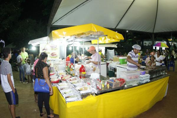 Praça de Alimentação é um sucesso e agrada empreendedores que fornecem alimentos para a população que vai se divertir no Dourados Brilha. - Crédito: Foto: Chico Leite
