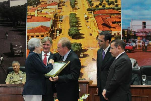 Maria Aparecida recebeu comenda entregue por Idenor Machado. - Crédito: Foto: Divulgação