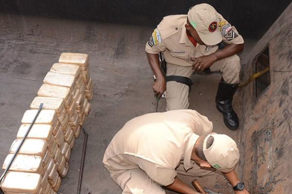 Droga foi localizada graças ao uso de aparelho de raio-x. - Crédito: Foto: Anderson Gallo/Diário Corumbaense