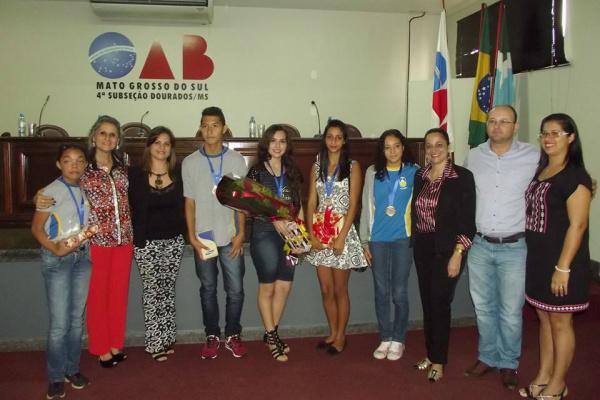 Alunos premiados junto com a Comissão da Criança e do Adolescente. - Crédito: Foto: Divulgação
