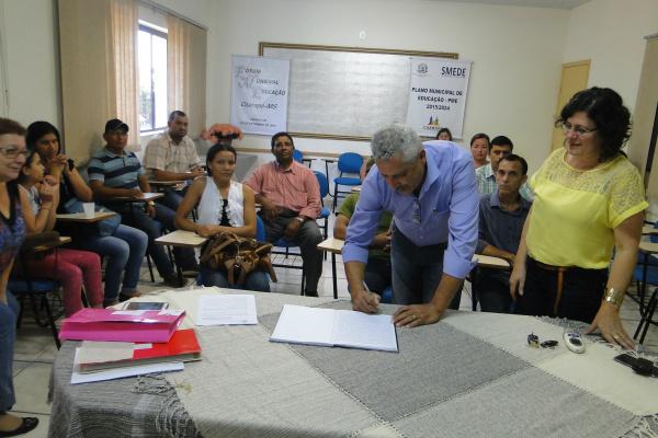 Prefeito Mário Valério, ao lado da secretária Ieda Maria Marran,assinando ata de posse da nova diretoria do Fundeb. - Crédito: Foto: José Carlos