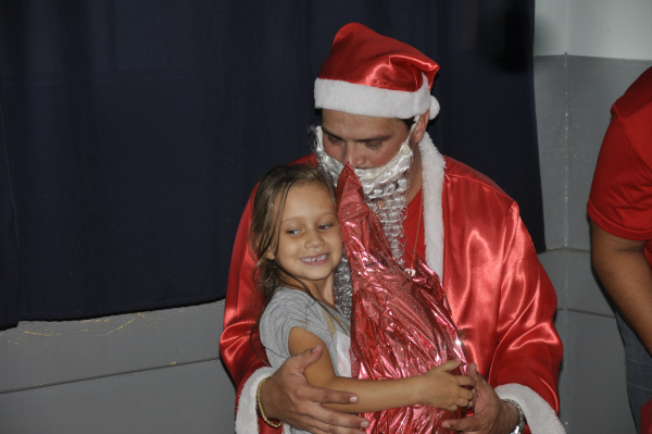 Ana Laura Ferreira Machado, de 5 anos, do Ceim, recebe presente do  Papai Noel dos Correios. - Crédito: Foto: Hedio Fazan