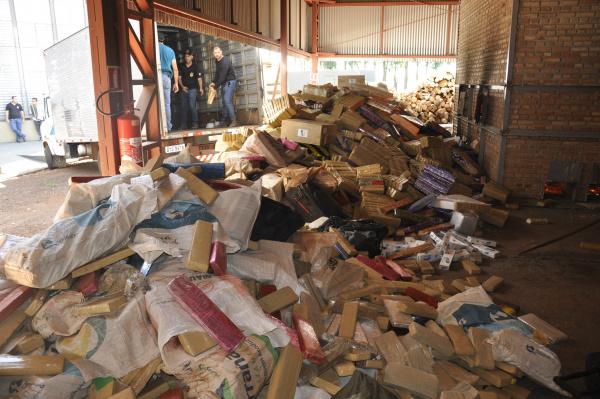 Incineração aconteceu na manhã de ontem em uma empresa cerealista na cidade de Itaporã. - Crédito: Foto: Hedio Fazan
